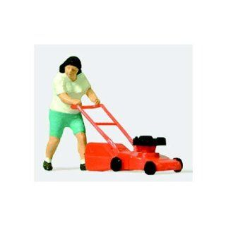 MOWING THE LAWN   PREISER HO SCALE MODEL TRAIN FIGURES 28085 Toys & Games